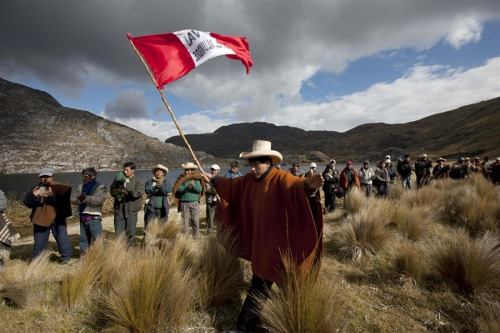 fotojournalismus:  Residents march against the Conga gold and silver mining project in Mamacocha Lagoon, Peru, Aug. 21, 2012. Demonstrators in Peru resumed their protests against plans to develop a $4.8 billion gold mine, saying they fear the mine will taint their water and affect a major aquifer. The mine is majority owned by U.S.-based Newmont Mining Corp. [Credit : Martin Mejia / AP]