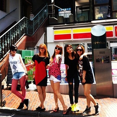 "Wonder Girls Goes Shopping with miss A! 'They Look Like One Group'  Girl groups Wonder Girls and miss A went shopping together. Yesterday, Min posted on her twitter, ""Shopping time in Tokyo"" along with a picture with Wonder Girls while shopping. (via KpopStarz)"