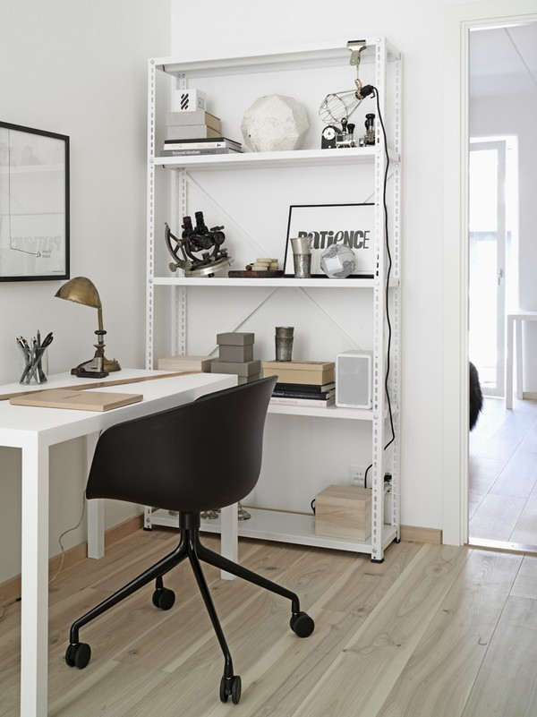 myidealhome:  minimal shelves and desk (via emmas)