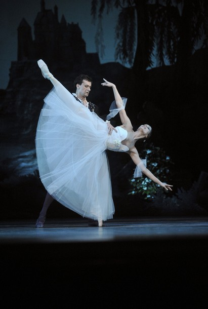 József Cserta and Aleszja Popova in Giselle. Photo: ATTILA KISBENEDEK/AFP/Getty Images.