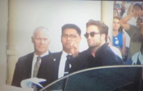A fan picture of Rob arriving at the ABC Studios for Jimmy Kimmel