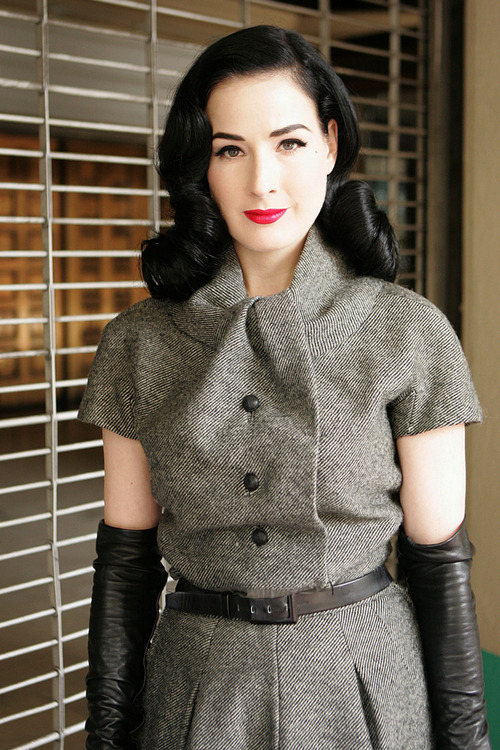 Every time I see Dita in this perfect Dior ensemble, I practically die with envy.  Eventually I'll stumble upon the secret of how to make that neckline.