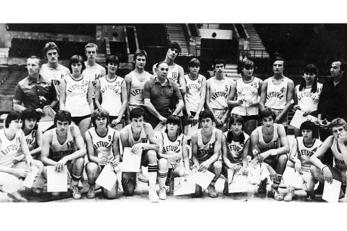 Arvydas Sabonis #10 na seleção sub-15 da Lituânia. Via The Other Dream Team.
