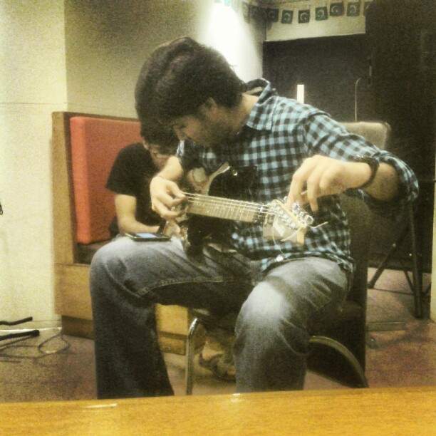 this is how u tune a guitar (Taken with Instagram at Creative Chaos)