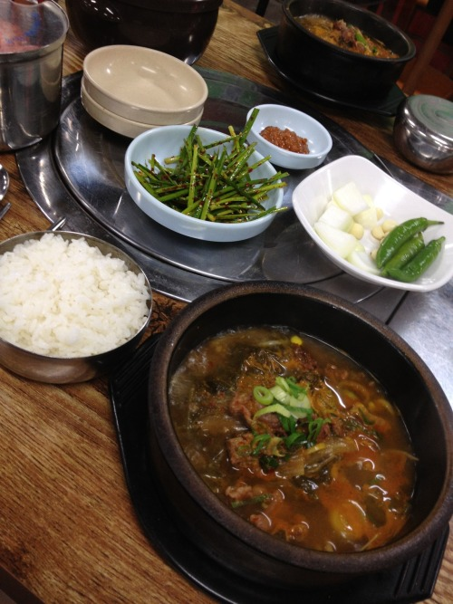 jangteo gukbap (spicy beef soup with rice)