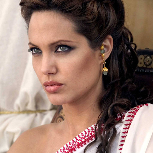 David Fincher steps away from Cleopatra Angelina Jolie won't be directed by David Fincher in the new version of Cleopatra – the Se7en filmmaker has dropped out of the project due to his busy schedule…