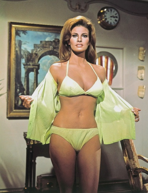 A ga ga ga ga ga ga ga ga ga polyhymnia:  jeanjeanie61:  Raquel Welch http://www.bellazon.com  A little something green for the Doc.