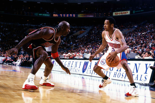 nba:  1997: Michael Jordan & the Chicago Bulls visit Allen Iverson & the Philadelphia 76ers. (Photo by Lou Capozzola/NBAE/Getty Images)