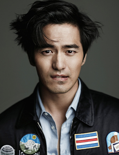 I have not forgotten you, ninjaeyecandy! The thing about Lee Jin-Wook, though, is he usually doesn't look quite right in polished, formal looks. To me. He's somehow raw, he has a masculinity that counterbalances with his slender build to be better set up like this. In a badge-festooned overshirt that looks both awesome and a little blue-collar. He's got the proper five o'clock shadow for it, too—I wonder if he keeps shaven to not look like Cha Seung-Won?