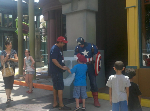 I didn't want to wait in line for a picture w captain America so I just stood behind him and took a picture hmu