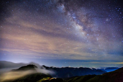 col0ursparks:  Misty Milky Way By samyaoo 山姆搖   Beautiful