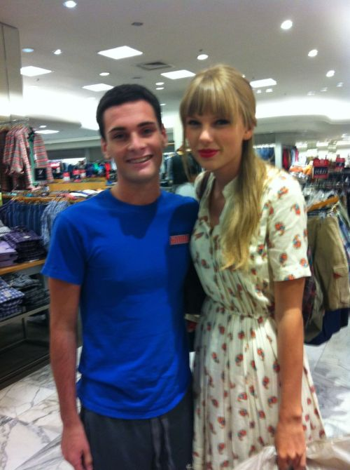Taylor Swift with a fan in Nashville yesterday (24 Aug 2012) [x] @hunter82003311 - @taylorswift13 it was enchanting to meet you today! totally went into my small Nashville mall unaware of meeting you<3 pic.twitter.com/HKNvc0ZY