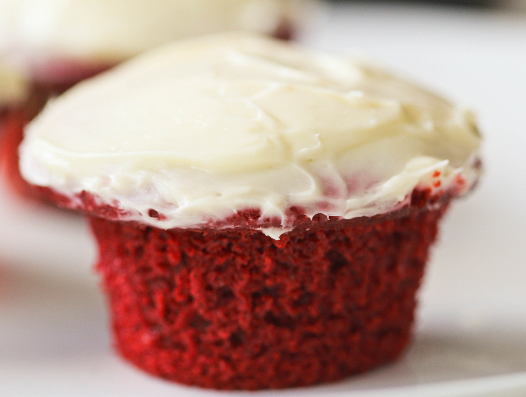 diet-killers:  eggless red velvet cupcake (by souhaites)