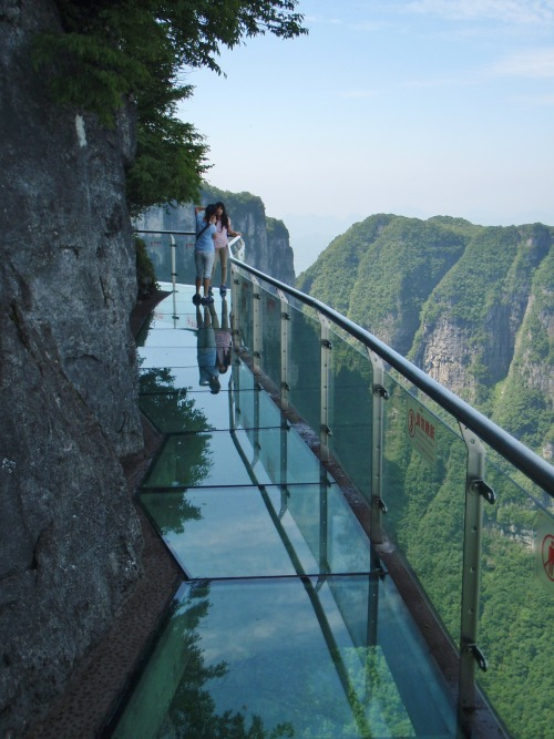visitheworld:  Dangerous glass walkway on Tianmen Mountain, Hunan, China.  逃げ場なし(>_