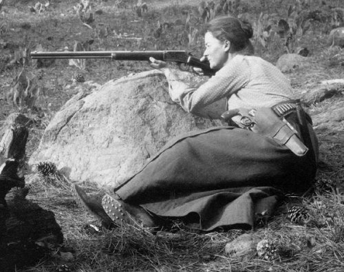 ladiesandrifles:  Annie Alexander posed with her gun on a field trip to the Fossil Lake region in Oregon in 1901 Thank you tarradoreroosevelt