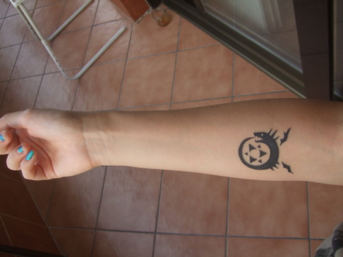 This is my second tattoo, the Ouroboros from Fullmetal Alchemist! I really like the meaning behind ouroboros, and I had to choose this design 'cause I love this manga/anime =D Done by Julian Lopez at Living Tattoo BCN, in Terrassa (Barcelona, Spain) My first tattoo was done by him too! My tumblr ^^ http://nacora.tumblr.com/
