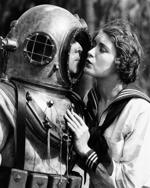 bobertsbobgomery:  Buster Keaton and Kathryn McGuire in The Navigator, 1924