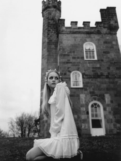 voguelovesme:   Twiggy photographed in 1968 by Justin de Villeneuve