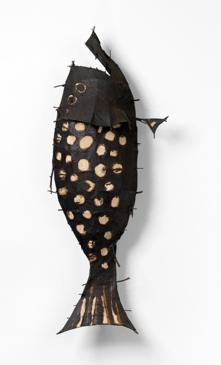 John DavisAustralia 1936–99(Spotted fish)1989twigs, cotton thread, calico, bituminous paint55.0 x 145.0 x 30.0 cm Private collection, Melbourne (via John Davis Evolution of a fish: Traveller « Art Blart)