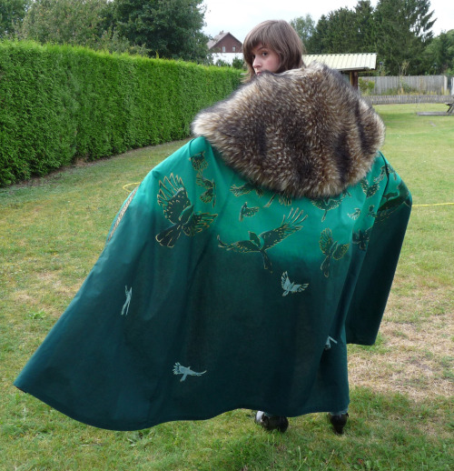 "shinybumofleonardodavinci:   my lady loki cape is finished 8D it took me 6 days in total ~ 1 day sewing the cape 1 day painting the gradient on it  3 days handpainting 37 magpies on it (first in dark green/ white and then with a miniature painting brush painting the gold details (2 days of painting) 1 day sewing the furr and last details (ribbon and chains)  I designed this cape myself, it's a one of a kind AND I WOULD LIKE TO KEEP IT THAT WAY ^^"" SO DON'T STEAL MY DESIGN >.>"