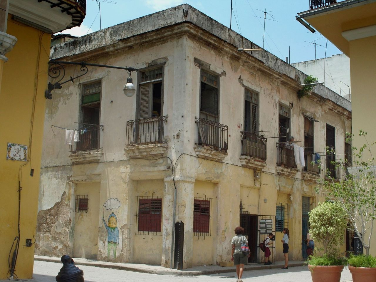 back streets of Havana    (via TumbleOn)