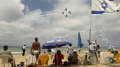 Beach-goers watch as the IDF performs an air drill
