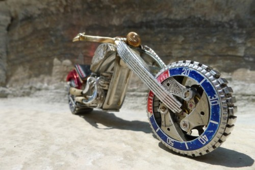 Moto de piezas de reloj. III Motorbike with watch parts. III