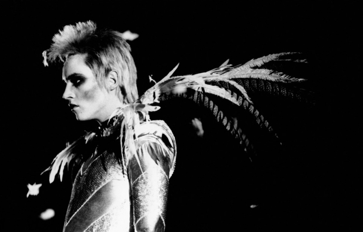 Velvet Goldmine It was exacting to see the hot Jonathan Rhys Meyers and Ewan McGregor as a bisexual and with just a few cloth jeje :D The movie is about the life of a glam rock singer and his crazys I recomended but i think it's too long… if I were the director, I would make it shorter.