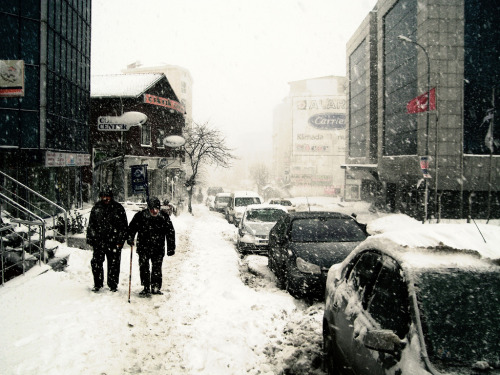 ileftmyheartinistanbul:  Istanbul - invierno 2008 Cumhuriyet Cad Kavacık (by davidbenito)  IleftmyheartinIstanbul.com I still want to walk the streets of my favorite city in the snow.