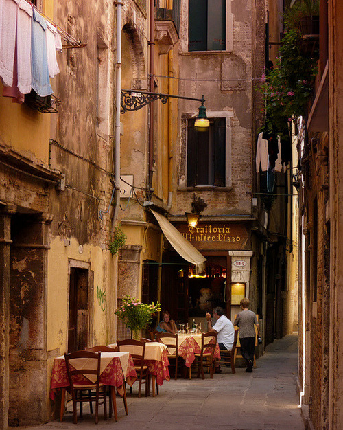 rawluxury:  bluepueblo:  Sidewalk Cafe, Venice, Italy photo via ensphere