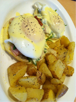 Eggs Benedict @Eggs 'n Things Harajuku. ¥1100. Not bad, sauce is a bit bland but ketchup solves the problem.