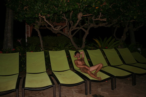 sethbogartisnaked:  SETH BOGART IS NAKED IN A RESORT