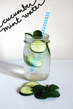 Cucumber Mint Water 2 cups filtered water4-5 cubes of ice5-6 thin cucumber slices2-3 fresh mint leaves Combine filtered water, ice, and cucumber slices and refrigerate for 30 minutes. Garnish with fresh mint and enjoy!
