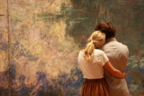 jennilee:  A couple admires the color and texture of Monet's Water Lilies at MoMA, New York - Gibo S