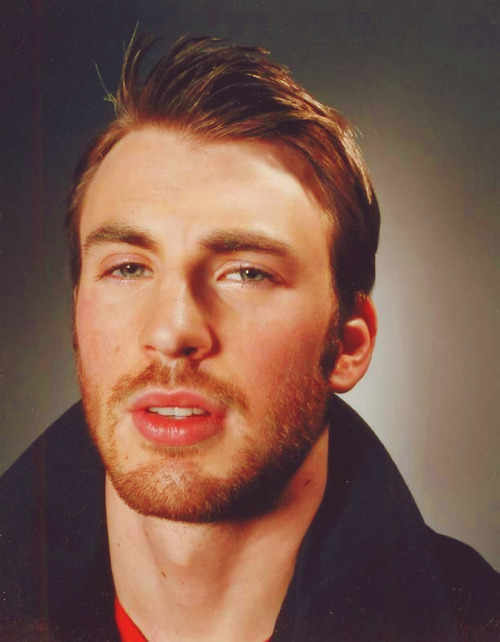 ohyeahcevans:     ♕ 35/50 pictures of Chris Evans.