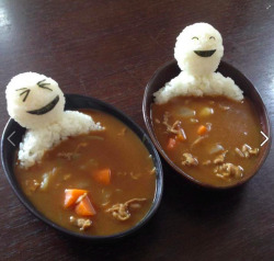 eataku:  Teru Teru Bozu riceballs bathing in curry… Love it! Courtesy of Lisa Katayama over at www.tokyomango.com