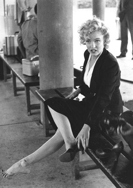 NO WAY! I wonder if Marilyn knew this #Marilynettes? RT @RarestFacts: High heels were originally made for men. [1952 on set of NIagara]