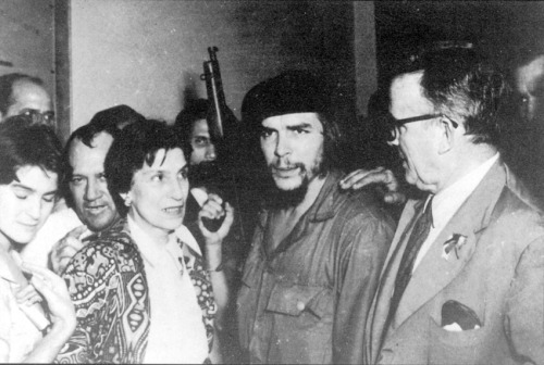 "gunsandposes:  Ernesto ""Che"" Guevara reunites with his parents at José Martí International Airport in Havana. January 29, 1959."