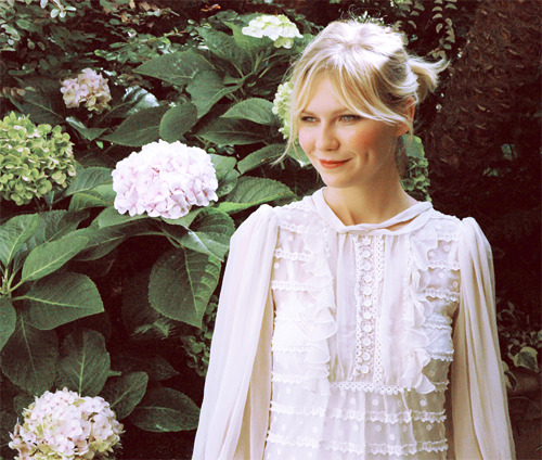 96 out of 100 photos of a shitload of people: Kirsten Dunst