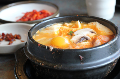 shelovesasianfood:  soon dubu jjigae (by min_photography) Spicy tofu stew  can i get sum