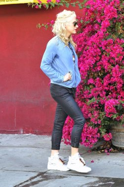 Kesha >> Galería [Candids, apariciones, paparazzi, etc.] - Página 6 Tumblr_m9i561VeGC1r3d62no1_250