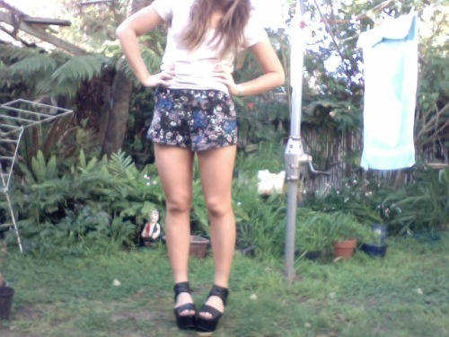 Selfiez in da garden (when I should be finishing my essay of course)