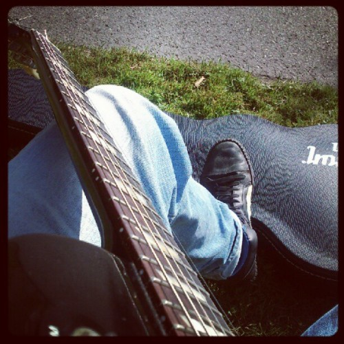 Sitter I parken och plinkar lite #guitar #gibson #lespaul #summer #outside #outdoors  (Taken with Instagram)