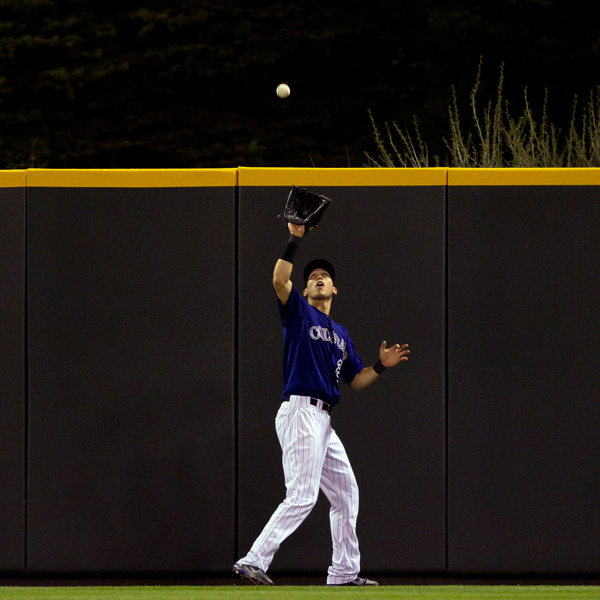 Rockies Centerfielder Tyler Colvin fängt den Ball am Warning-Track ab.