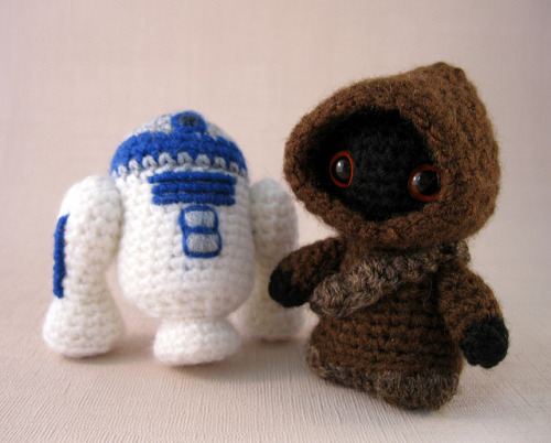 tiefighters:  Jawa and R2-D2  Created by Lucyravenscar (Angry Angel) (via:gamingurumi)