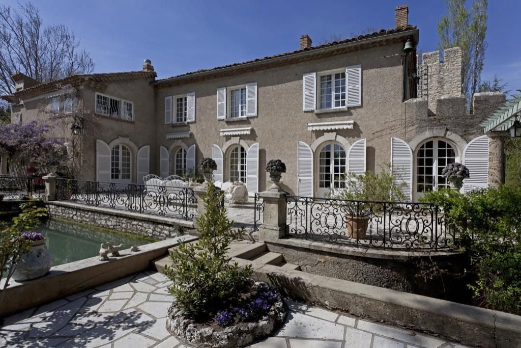This property is like a museum, drenched in Provençal Antiques from top to bottom. Located in St Laurent des Arbres, this 10 bedroom house in the heart of Provence and 15 minutes from Avignon dating back to the 13th Century.