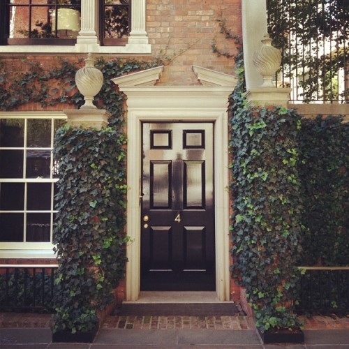 thefoodogatemyhomework:  Hidden entryways of Sutton Place, one of the most prestigious and old school (and kind of delightfully hidden) neighborhoods on the East Side of Manhattan. matchbookmag:  took a detour on our walk home to explore Sutton Place! (Taken with Instagram)