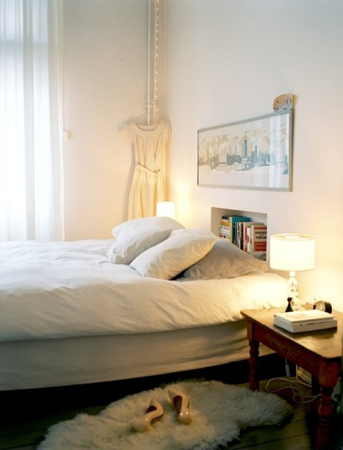 myidealhome:  books in a nook and fairylights (via Mäklarhuset)