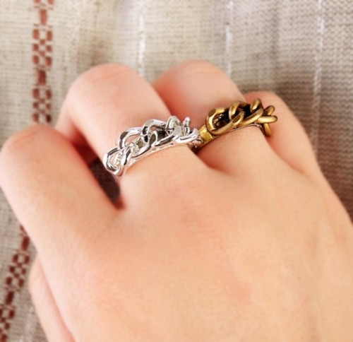 littlecraziness:  (via A Splendid Assemblage: DIY: Curb Chain Ring)  Truebluemeandyou: really easy tutorial.