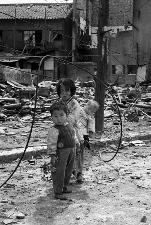 itsjohnsen:  Orphans wander the war-torn ruins of Seoul, 1951. John Dominis